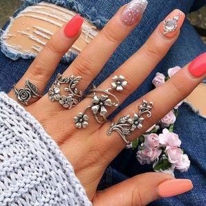Jewelry - {5/$25} Silver climbing flowers ring set